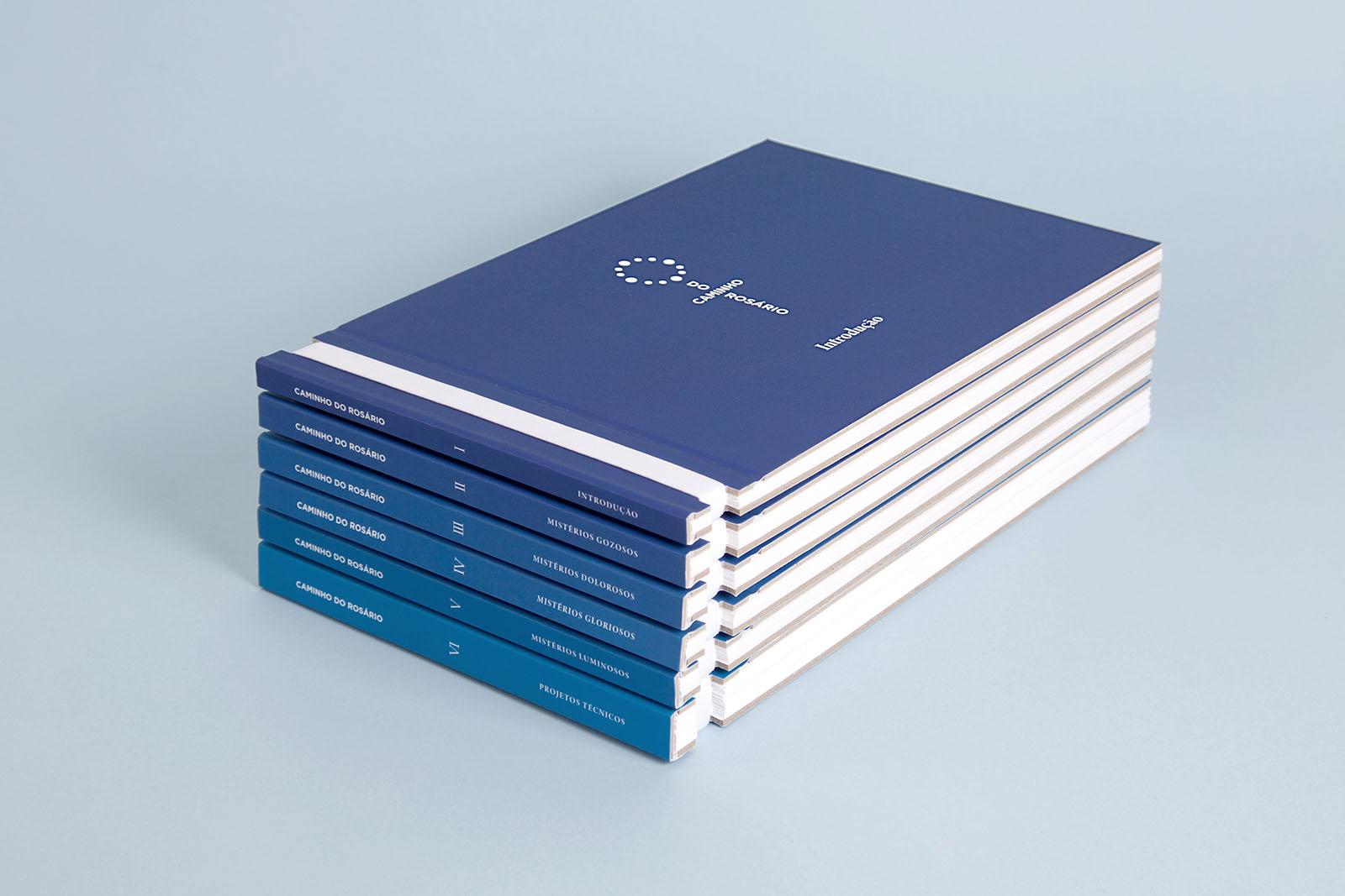 Os seis exemplares que compõem o conjunto de livros do projeto se dividem em introdução, mistérios gozosos, dolorosos, luminosos e gloriosos, além de um exemplar com informações técnicas da obra
